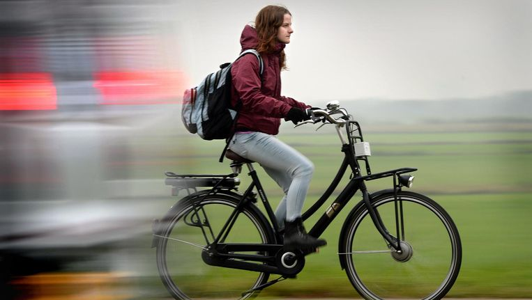 EEn vrouw op haar e-bike Beeld Marcel van den Bergh / de Volkskrant