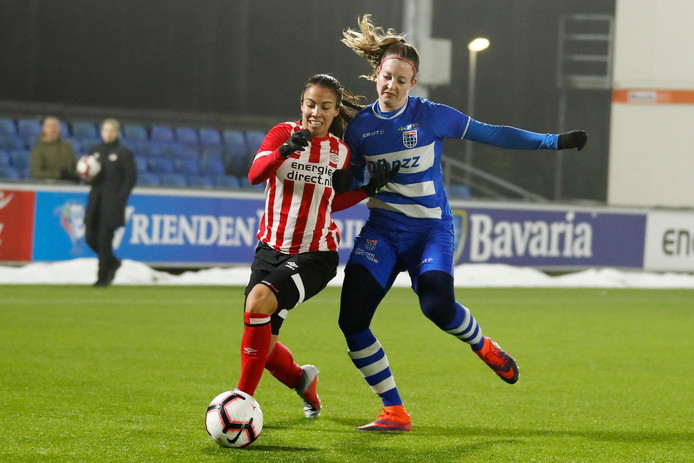 Naomi Pattiwael eerder dit seizoen in duel met Yvette van Daelen.