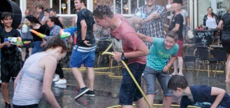 Gezakte temperaturen geen enkel probleem bij kletsnat watergevecht op Groenmarkt Zutphen