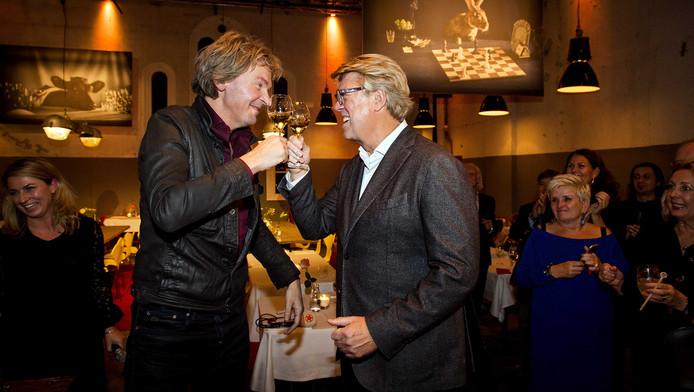 Matthijs van Nieuwkerk en Robert Kranenborg tijdens de opening van het restaurant.