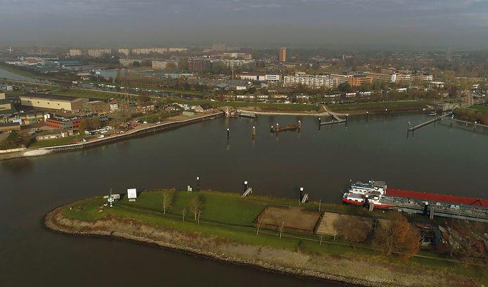De Vluchthaven in Gorinchem. Op de voorgrond liggen de bestaande overnachtingsplaatsen. De nieuwe kade ligt links ter hoogte van het bedrijfsterrein bij de Krinkelwinkel en wordt medio december opgeleverd.