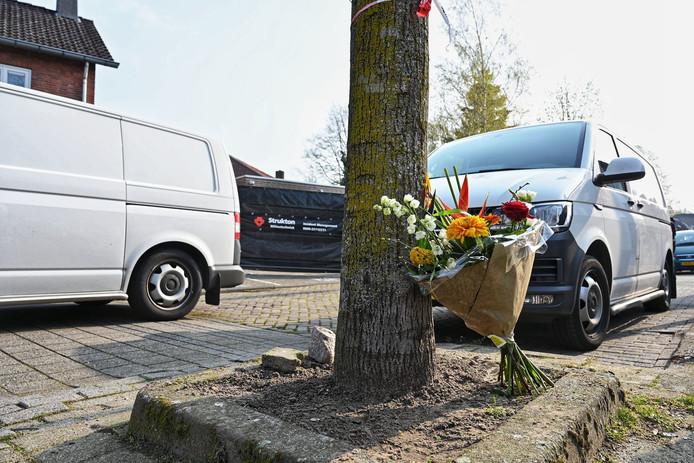 Bloemen voor man die omkwam bij brand in garagebox Sparrenweg Breda
