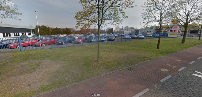 Het perceel langs de Nassaulaan in Vlijmen, tussen autobedrijf de Toekomst en Kuijs tankstation, dat de gemeente Heusden gaat kopen.