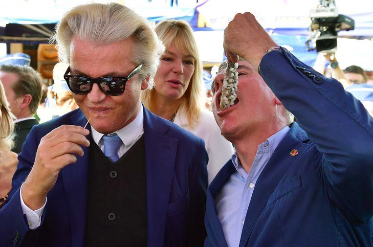 PVV-leider Geert Wilders en Filip Dewinter doen zich tegoed aan Hollandse maatjes.