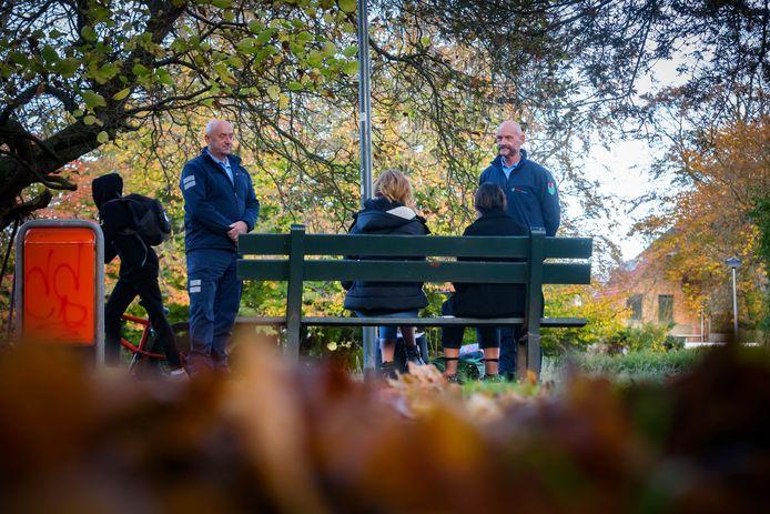 Parkrangers Jan en Rien in actie in het Emile van Loonpark. Ze houden er na maanden van onrust op verzoek van burgemeester Han van Midden een oogje in het zeil en spreken al dan niet overlastgevende bezoekers aan.