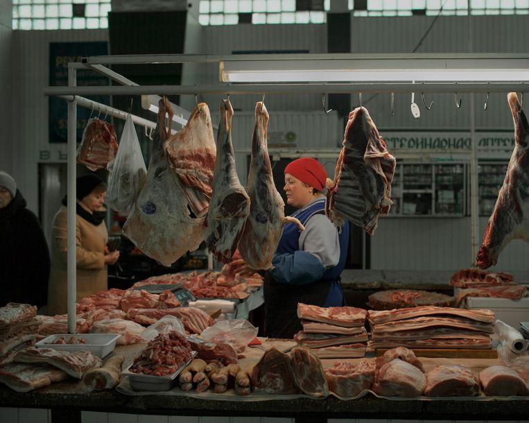 Een slagerij in de belangrijkste markthal van Marioepol.  Beeld Emile Ducke
