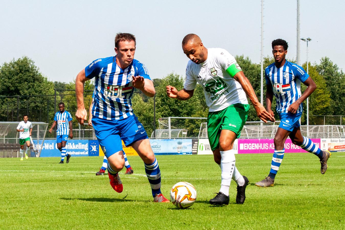 Bart Biemans (FC Eindhoven) in duel met Nabil El Zhar (Al_Ahli)