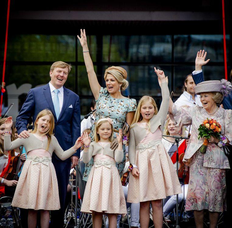 Koning Willem-Alexander, koningin Maxima, prinses Beatrix en de prinsesjes Alexia, Ariane en Amalia tijdens de eerste Koningsdag in Amstelveen in 2014. Beeld anp