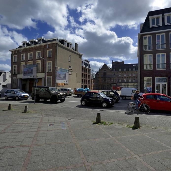 Een blik op het plein vanaf de basiliek. Op de achtergrond is hotel-restaurant Tivoli te zien. Links het poortgebouw Markt 68 en rechts de nieuwbouw.