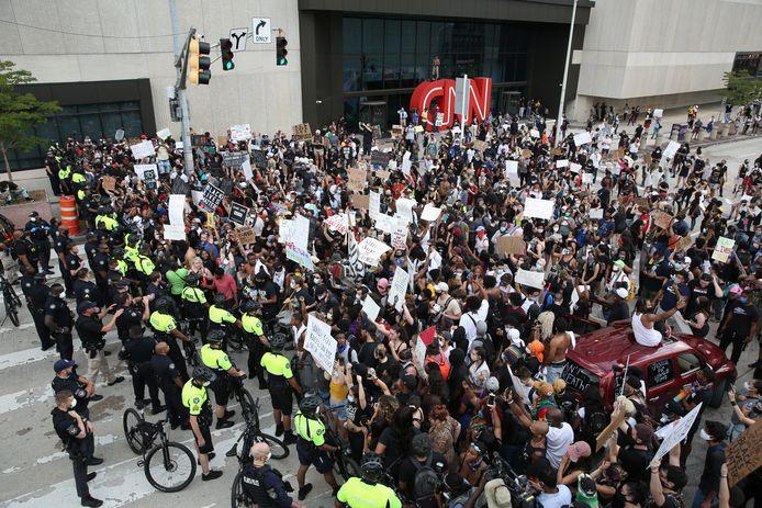 Foule en colère devant le siège de CNN à Atlanta.