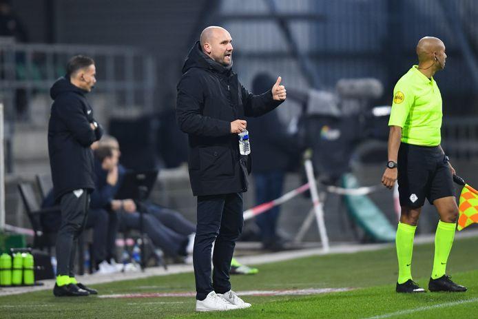 FC Dordrecht-trainer Ben Kinds kan tijdens de wedstrijd tegen Jong Ajax zijn duim omhoog steken.