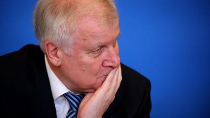 Duitse minister 'grapt' over 69 uitgewezen Afghanen op zijn 69ste verjaardag, een van hen beneemt zich bij aankomst van het leven