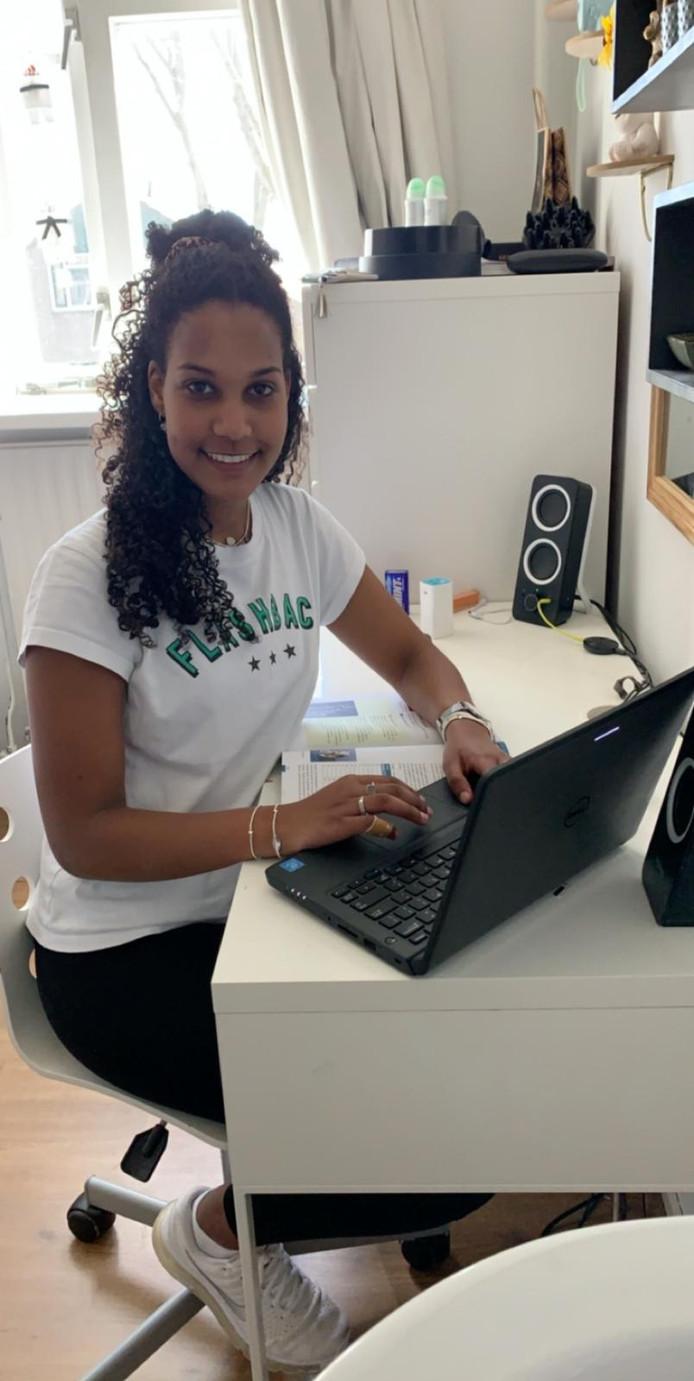 Belinda Haddish uit Zoetermeer doet eindexamen vmbo tl. Ze is blij dat de centraal examens niet doorgaan.
