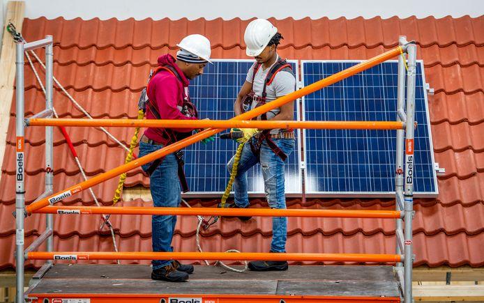 De Beroepentuin leidt werklozen op in zogeheten 'tekortberoepen', zoals zonnepaneelmonteur.