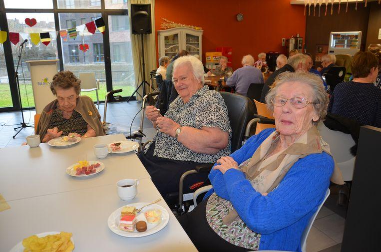 Simonne Van Den Berge (88) en Paula Cornelis (85) genieten van een gebakje tijdens feestelijke start van tien jaar Klateringen.