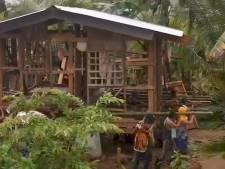 Des voisins aident à déplacer une maison menacée par des inondations