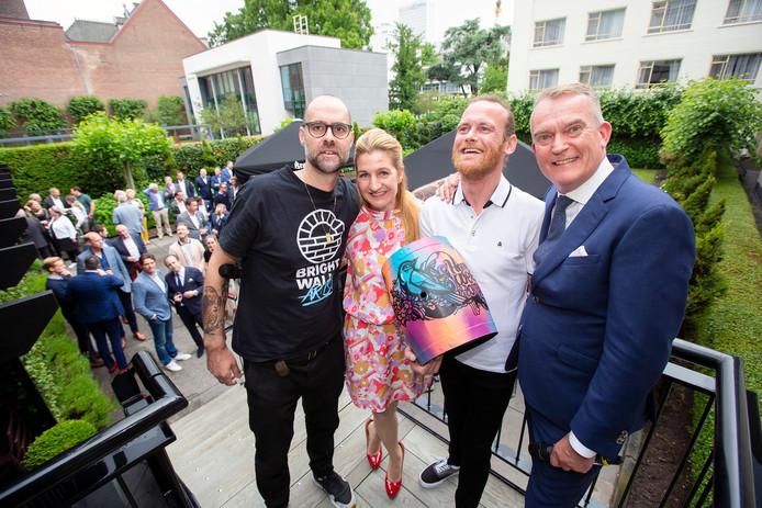 Streetartist Eelco van den Berg, directeur van Miss Publicity en directeur van Bilderberg Parkhotel Erik de Wit (r) reikten het vaatje uit aan Patrick van der Jagt.