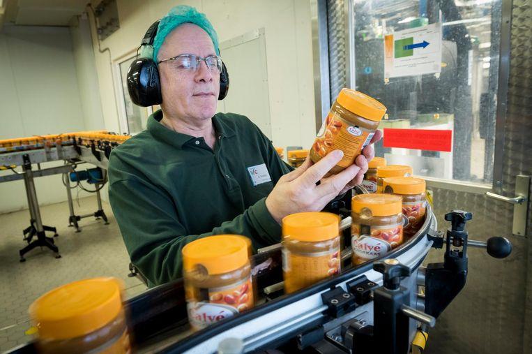 Het productieproces in de pindakaasfabriek van Calve in Rotterdam. De fabriek is eigendom van moederbedrijf Unilever. Beeld anp