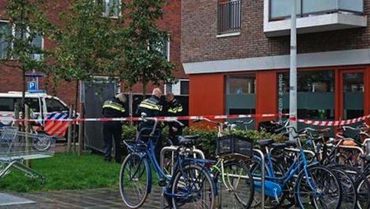 Politieonderzoek voor het kantoor waar Zengin vermoord werd Beeld Reinier van Zaanen