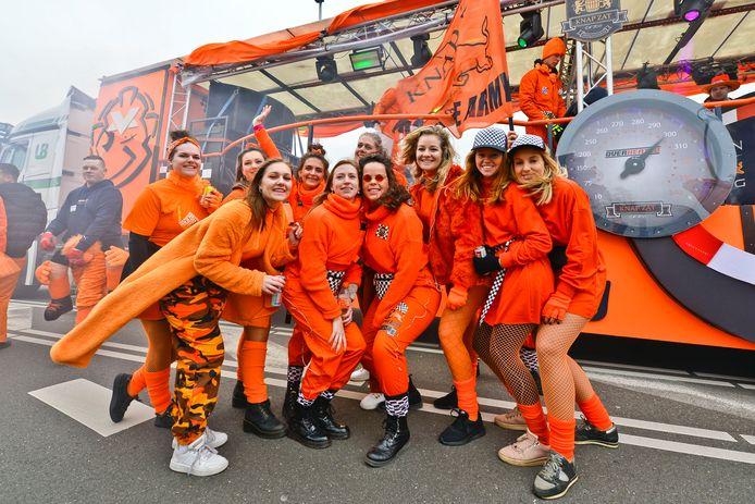 Deelnemers aan de optocht van Mierlo-Hout.