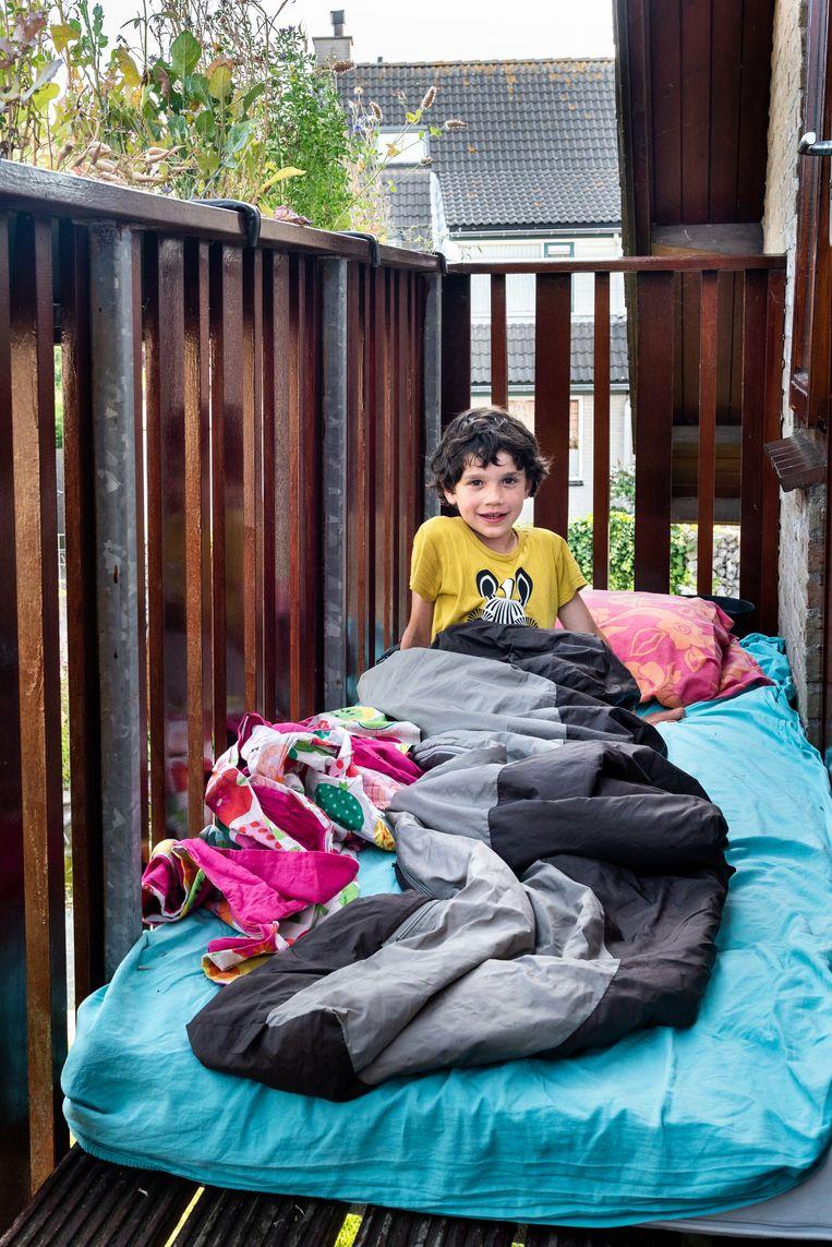 Samuel Rutten slaapt al enkele dagen op het balkon door de aanhoudende hittegolf. Beeld Simon Lenskens