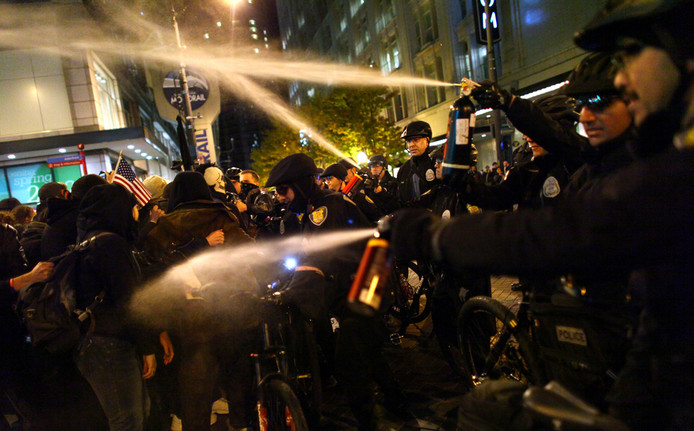 Agenten in Seattle spuiten pepperspray op de betogers.