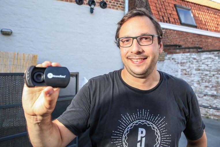 Schepen Wieland De Meyer met het peukendoosje.