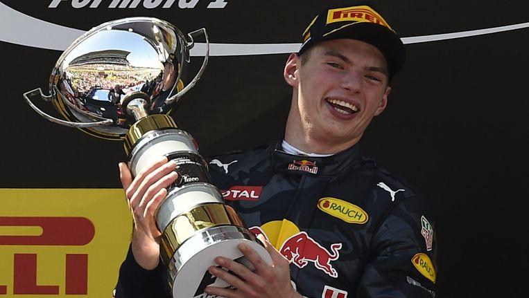 Verstappen met de trofee voor de winnaar van de GP van Spanje. Beeld afp