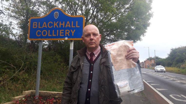 Rechercheur John Forster van de politie van Durham met een bundel geld.