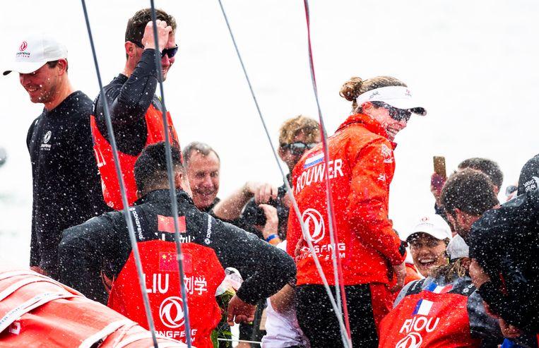 Winnaar Dongfeng Race Team met de Nederlandse Carolijn Brouwer (R) tijdens het uitreiken van de beker na de aankomst van de Volvo Ocean Race. Beeld Freek van den Bergh
