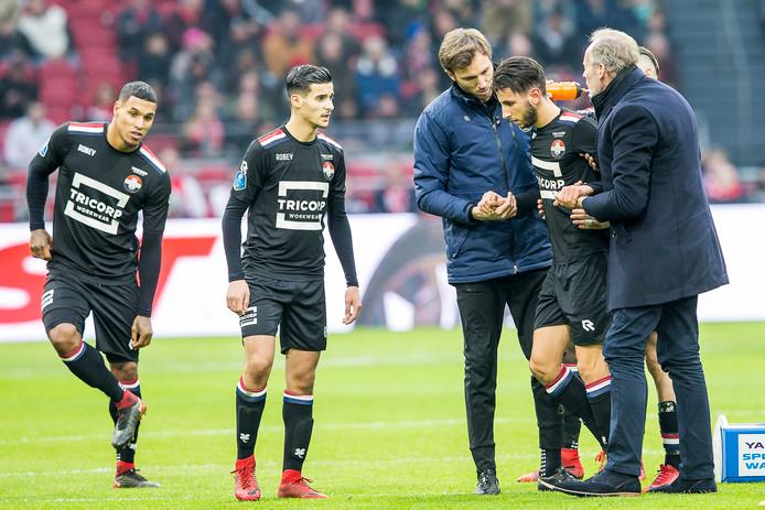Ondersteund door fysiotherapeut Gijs van der Bom en clubarts Jan de Waal Malefijt krabbelt Ismail Azzaoui op. Even later zou hij de wedstrijd hervatten om in de rust toch gewisseld te worden.