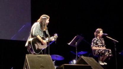 IN BEELD: Dave Grohl neemt dochters mee op podium, 12-jarige Violet verrast met prachtstem