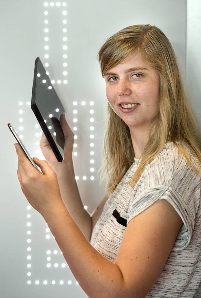 Danique van Houten repareert mobiele telefoons en tablets