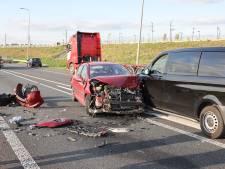 Ongeluk met twee auto's en een bedrijfsbus zorgt voor flinke file op N50 bij Kampen