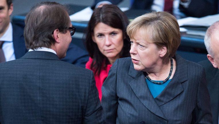 De Duitse Bondskanselier Merkel (R) en de minister van Verkeer Alexander Dobrindt. Beeld ap