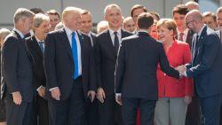 Macron lijkt recht op Trump af te stappen. Maar hij negeert Amerikaanse president en kiest voor Merkel en Michel