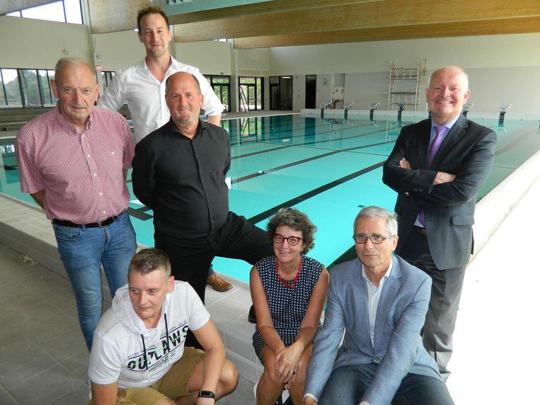 Het schepencollege en de zwemfamilie Verbauwen aan het nieuwe Verbauwenbad.
