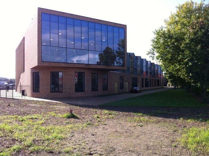 De atriumachtige aula van de nieuwbouw van het Cambium College aan de Oude Bosscheweg, die sinds woensdag De Waard heet. foto Tim Durlinger/BD
