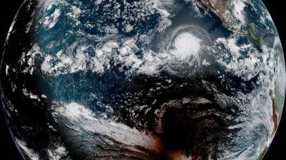 Satelliet vat totale zonsverduistering én orkaan in één uniek beeld