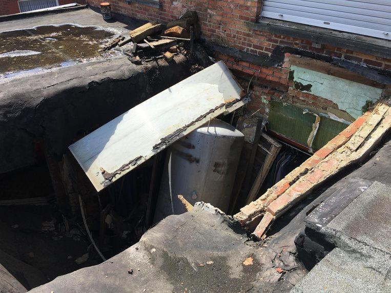 De schade is immens. Het dak van de achterbouw is helemaal ingestort.