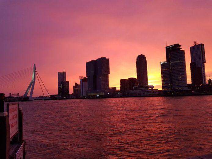 De lucht kleurde vanmorgen prachtig boven de skyline van Rotterdam.