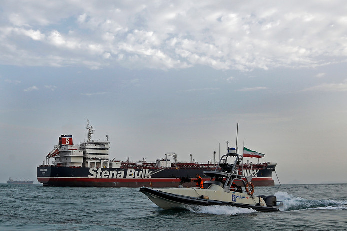Een boot van de Iraanse Revolutionaire Garde naast het geënterde Britse schip Stena Impero.