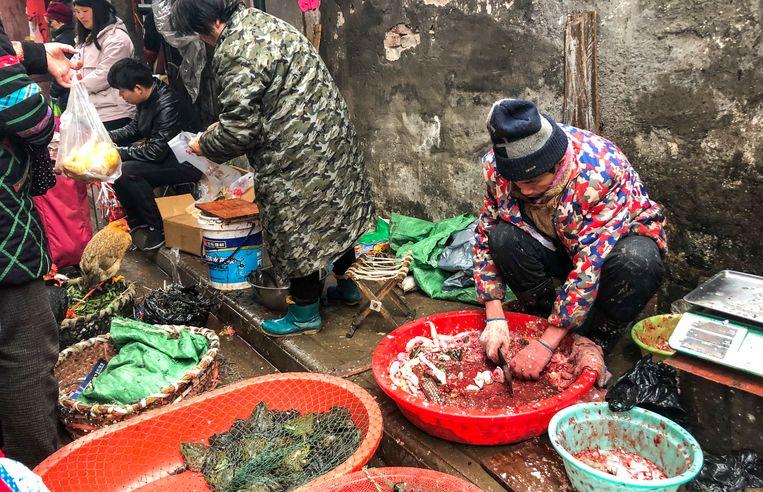 """De Sea Food Whole Sale Market in Wuhan. """"Door niet-gereglementeerde veehouderij-praktijken kan een zoönose (elke ziekte of infectie die van nature overdraagbaar is van gewervelde dieren op mensen, red.) zoals H5N1 in de veestapel circuleren."""""""