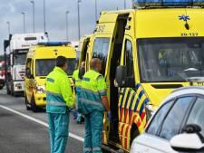 Auto raakt van talud door ongeluk met vrachtwagen op A58 bij Breda