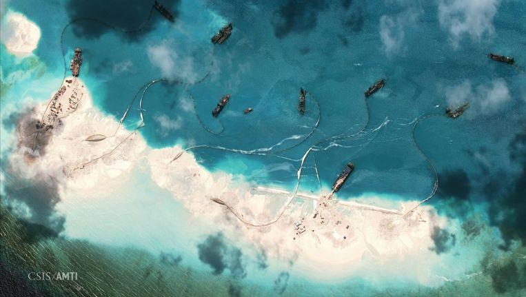 Boten storten zand aan de noordelijke kant van het Mischief Rif, 216 km ten westen van de Filipijnen. Beeld reuters