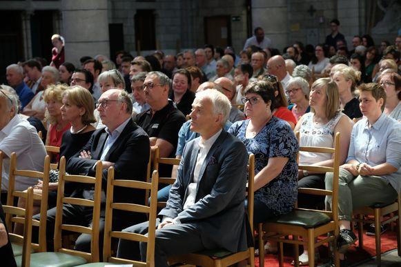 De kerk zat afgeladen vol.  Vooraan ook de rector van de UA, Herman Van Goethem.