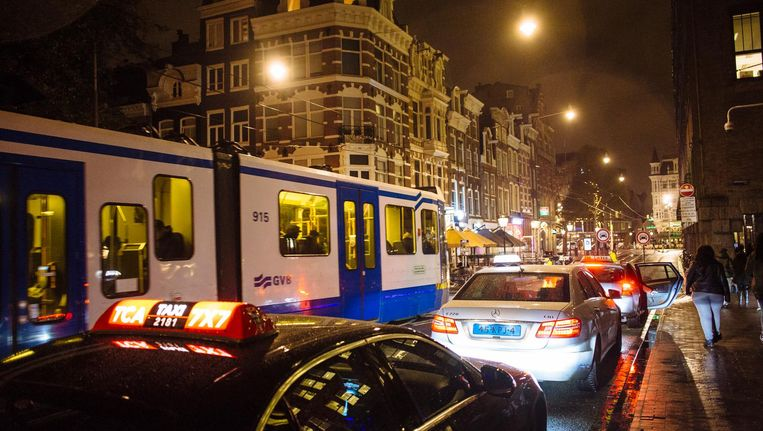 Drukte in de Utrechtsestraat richting Rembrandtplein Beeld Marc Driessen