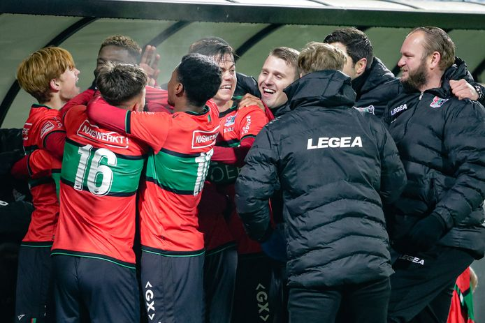 Spelers en staf van NEC vieren de 3-2 van Jordy Bruijn.
