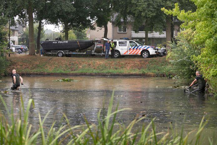 De politie zoekt in een Schijndelse vijver (vergeefs) naar het wapen waarmee Mark van S.  op 25 april 2018 Daan Hoefs doodschoot.