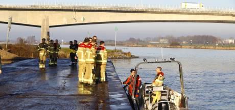 Massale zoektocht IJssel naar 'mogelijke drenkeling' voorlopig gestaakt, speuren gaat wel door